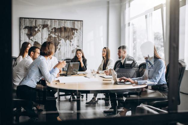 empresários em reunião para ajustar estratégias da empresa no pós-pandemia